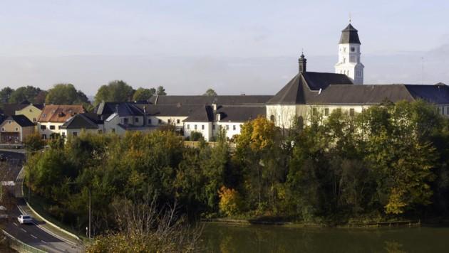 Die Strafanstalt Suben - ein inhaftierter Räuber nutzte einen Freigang zur Flucht. (Bild: Kronen Zeitung)