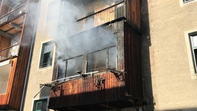 In diesem Gebäude in der Defreggerstraße brach heute ein Brand aus. (Bild: zeitungsfoto.at)