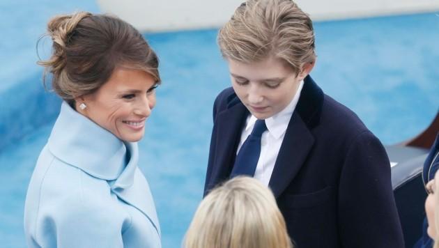 Barron Trump mit seiner Mutter Melania bei der Inauguration seines Vaters zum 45. US-Präsidenten (Bild: EPA)