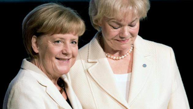 Ein Bild aus besseren Tagen: Bundeskanzlerin Angela Merkel und Erika Steinbach im Jahr 2014. (Bild: APA/dpa)