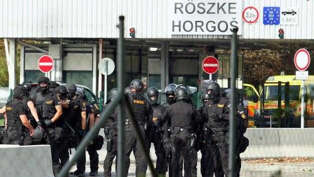 Schwer bewaffnete ungarische Spezialeinheiten am Grenzübergang Röszke
