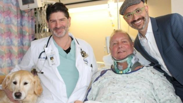 """Bob zusammen mit """"Kelsey"""" und seinen behandelnden Ärzten Eric Basmaji (links) und Chaim Colen"""