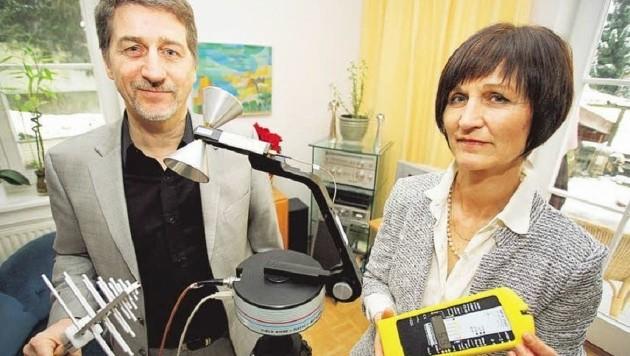 """""""Elektrosmog"""": FH-Professor Martin Duque und Ärztin Elisabeth Plank messen Strahlenbelastung (Bild: Max Grill)"""