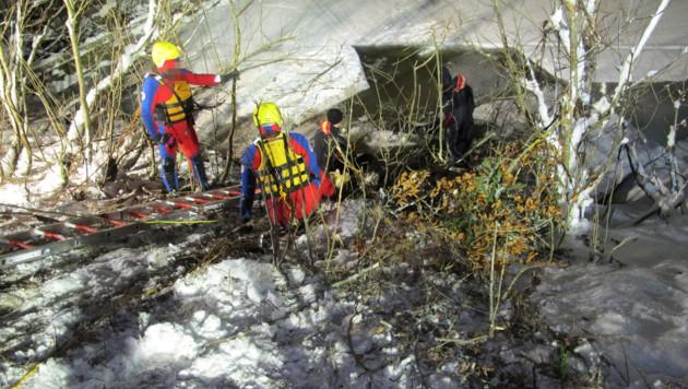 Der rote Audi versank im Bachbett â013 die Bergung der Opfer und des Wagens gestaltete sich schwierig.