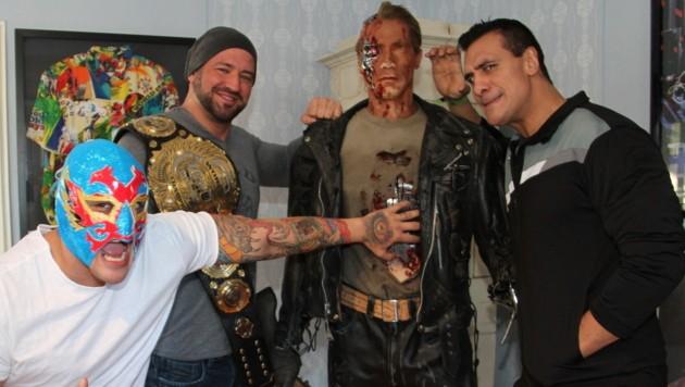 "Alberto Del Rio (re.), sein Bruder El Hijo de Dos Caras (li.) und Chris Raaber mit dem ""Terminator"" (Bild: Christian Jauschowetz)"