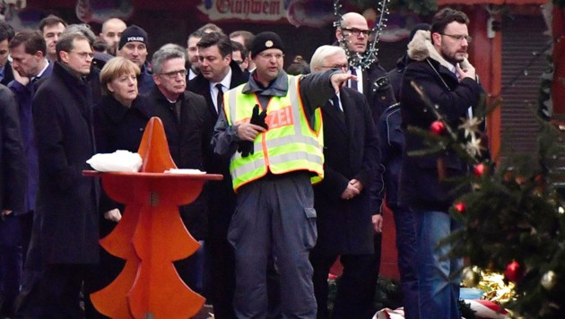 Die deutsche Kanzlerin Angela Merkel besuchte am Dienstag den Anschlagsort in Berlin. (Bild: AFP)