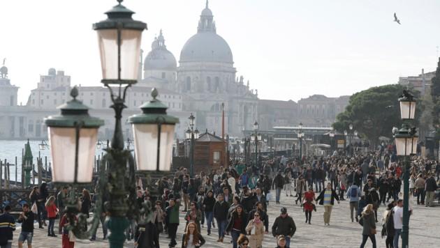 Touristenströme in Venedig (Bild: APA/AFP/MARCO BERTORELLO)