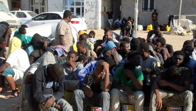 Gestrandete Flüchtlinge in Libyen warten auf eine Überfahrt nach Europa. (Bild: AFP)
