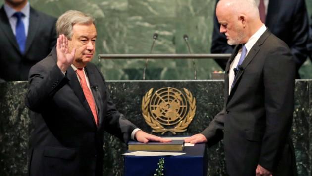 Guterres wird von Peter Thomson, dem Präsidenten der UNO-Vollversammlung, vereidigt. (Bild: ASSOCIATED PRESS)