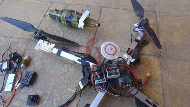 Eine vom IS verwendete Drohne mit einer ursprünglich angebracht gewesenen Treibladung einer RPG-7-Granate