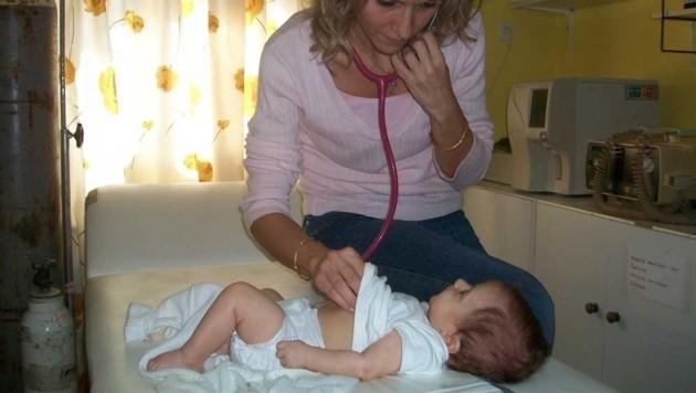 Eine Ärztin untersucht ein Kleinkind. Trotz Spenden fehlt es oft am Nötigsten. (Bild: Griechenlandhilfe.at)
