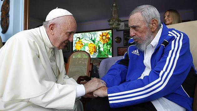 """Papst Franziskus und Fidel Castro führten 40 Minuten lang ein """"vertrautes Gespräch"""". (Bild: APA/EPA/ALEX CASTRO)"""