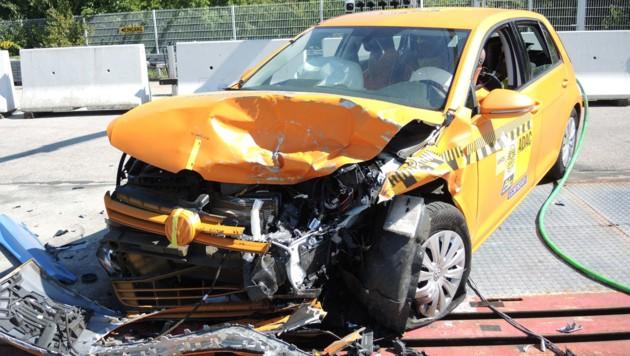 VW Golf nach dem Crash gegen den Smart Fortwo