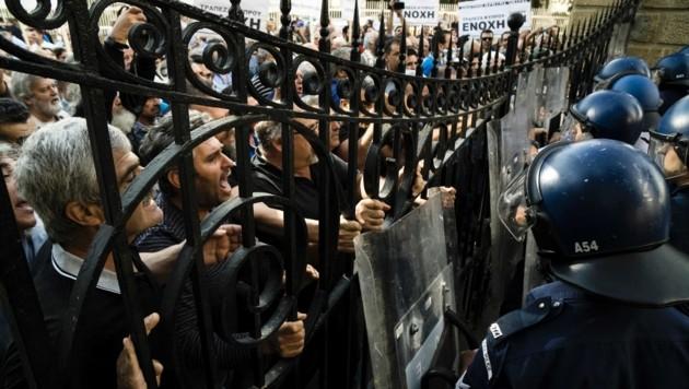 Wütende Bankkunden in Zypern: Während der Krise im Jahr 2013 wurden sie über Nacht quasi enteignet. (Bild: APA/AFP/IAKOVOS HATZISTAVROU)