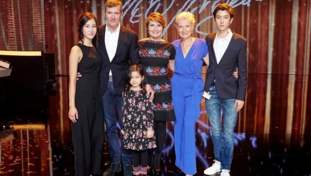 Jürgens-Clan bei der Show: Jasmin, John, Lilly, Jenny, Sonja und Dennis.îAEA (Bild: RTL/Stefan Stephan Pick)