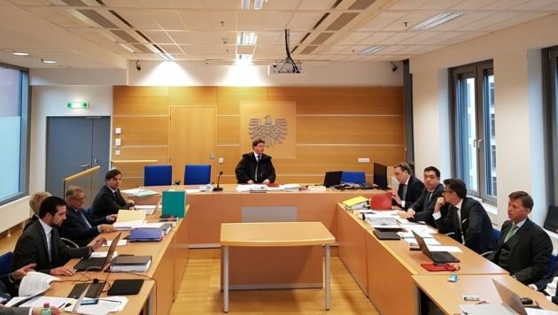 Swap-Prozess: Links die Linzer Seite, rechts die Bawag-Vertreter, in der Mitte Richter Pablik. (Bild: Werner Pöchinger)