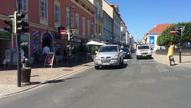 Durch den Wegfall der Ampeln sind Autos und Fußgänger gleichberechtigt. (Bild: Christian Rosenzopf)