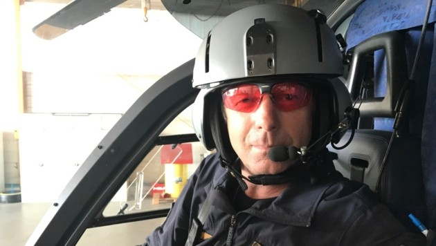 Einsatzpilot Hans Pletzer zeigt die Spezial-Brille, die vor Laserblendungen schützen soll. (Bild: Hannes Wallner)