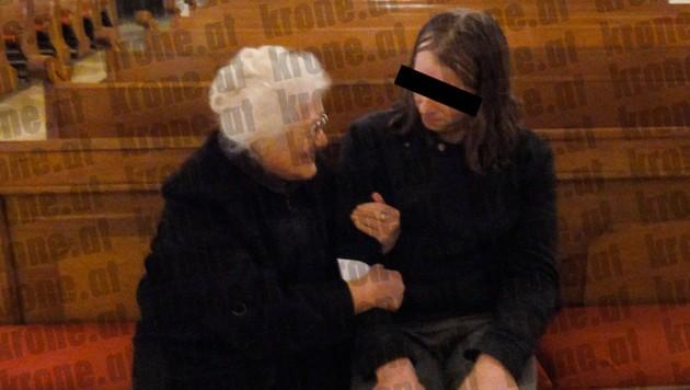 Mit dem Trick, für ein Foto zu posieren, wollte Frau F. (li.) ihren Ex-Schüler (re.) beruhigen.