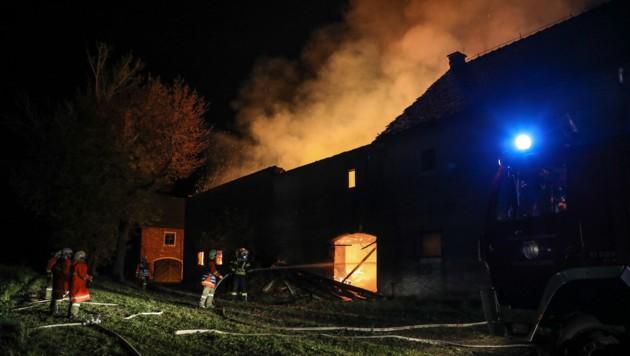 Weithin war das Feuer zu sehen, das beim Bauernhofbrand in Grieskirchen den Nachthimmel erhellte (Bild: laumat.at / Matthias Lauber)
