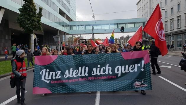"""""""Linz stellt sich quer"""" war das Motto der großen Gegendemonstration 2016 (Bild: Kronen Zeitung/Werner Pöchinger)"""