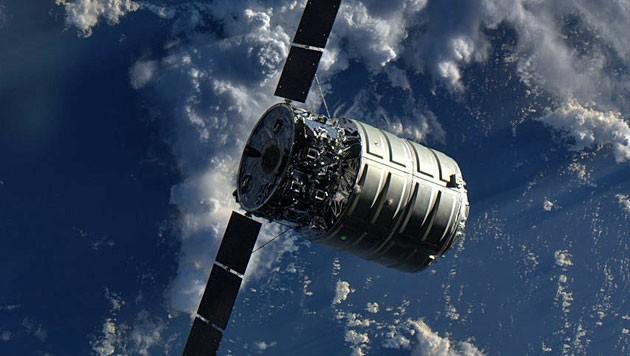 """Eine """"Cygnus""""-Kapsel auf dem Weg zurück zur Erde."""
