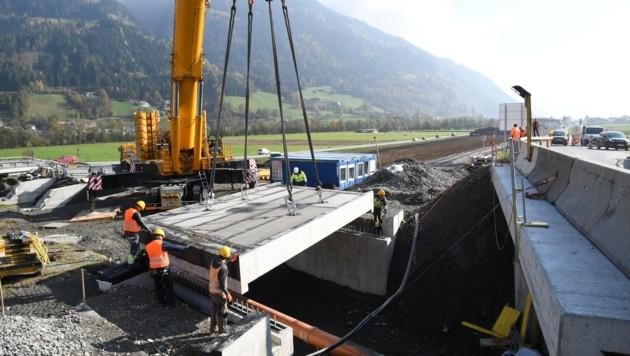 Das 81 Tonnen schwere Brückenteil wurde am Donnerstag in Fügen montiert. (Bild: ZOOM.TIROL)