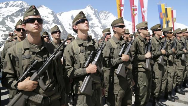 Soldaten bei ihrer Angelobung auf der Kaiser-Franz-Josefs-Höhe am Großglockner (Bild: APA/FRANZ NEUMAYR)