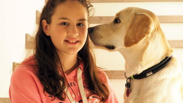 Die elfjährige Valentina mit ihrer Beschützerin auf vier Pfoten (Bild: Gabriele Moser)