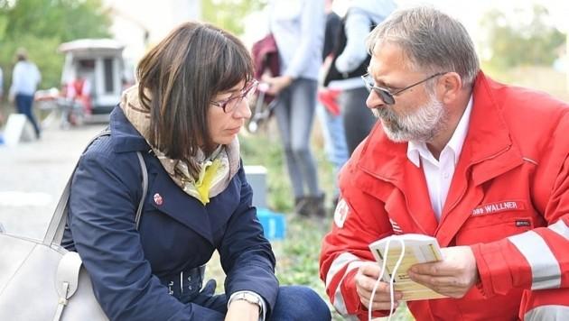 Rotkreuz-Landesgeschäftsleiter Thomas Wallner erklärt Bezirkshauptfrau Birgit Lentsch die Übung. (Bild: Patrick Huber)
