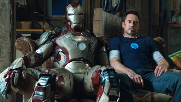 """Robert Downey Jr. und sein """"Iron Man""""-Kostüm (Bild: AP)"""