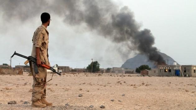 Ein jemenitischer Soldat beobachtet einen Angriff auf eine Houthi-Stellung. (Bild: AFP)