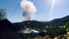 Nach der Detonation stieg eine weithin sichtbare Rauchwolke auf. (Bild: Associated Press)