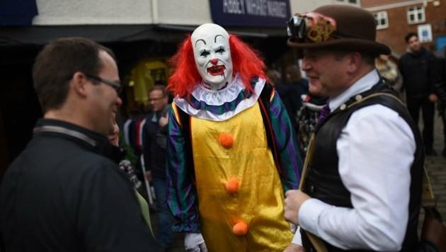 Ein als böser Clown verkleideter Mann in Nordengland