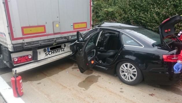 Der Audi krachte mit hohem Tempo in den Lkw- Anhänger. Für den Beifahrer kam jede Hilfe zu spät