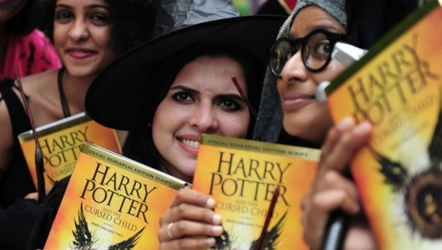 "Fans mit dem Buch ""Harry Potter and the Cursed Child"""
