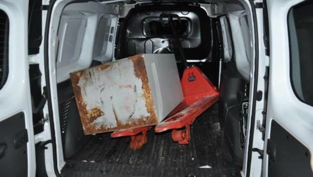 Im Klein-Lkw entdeckten die Polizisten den gestohlenen Tresor. (Bild: LPD Kärnten)