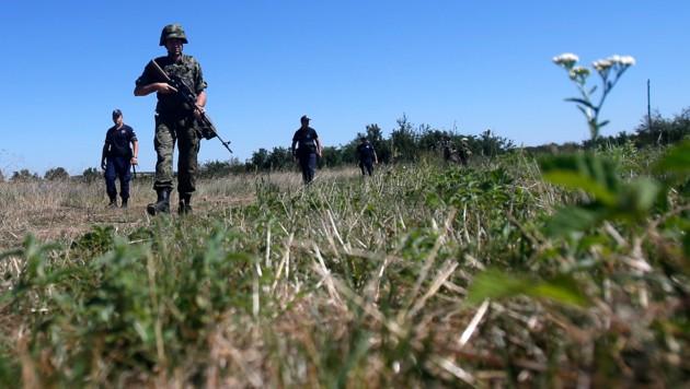 Serbische Soldaten auf Patrouille (Bild: AP)