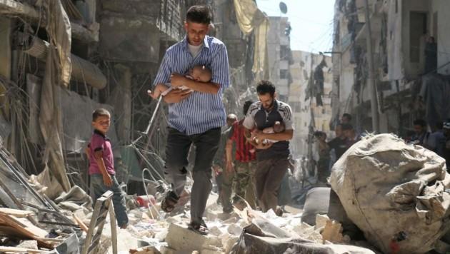 Familien flüchten 2016 aus dem zerstörten Aleppo (Bild: APA/AFP/AMEER ALHALBI)