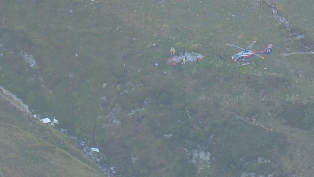 Der Pilot streifte das Tragseil der Vallugabahn, stürzte ab und blieb neben dem Bachbett liegen. (Bild: zeitungsfoto.at)