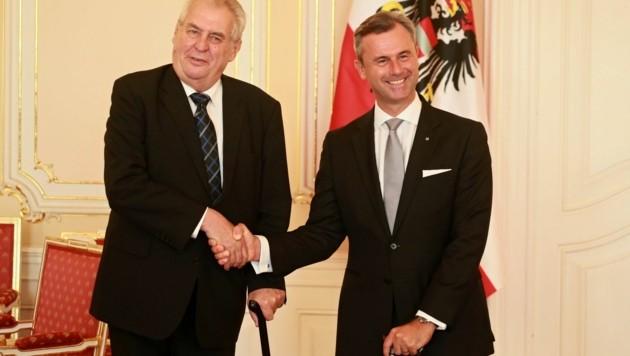 """Hofer (re.) im Hofburg-Wahlkampf auf """"Staatsbesuch"""" bei Zeman in Prag (Bild: AFP)"""