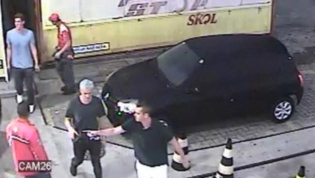 Lochte mit seinen Kollegen an der Tankstelle