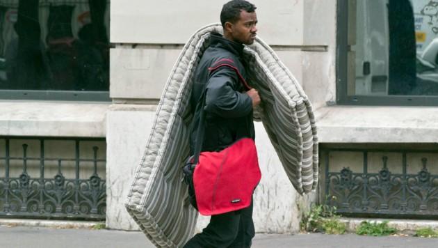 Ein Flüchtling auf der Straße in Paris (Bild: ASSOCIATED PRESS)