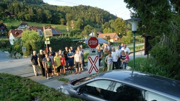 Vom elterlichen Garten aus knipste Rad-Ass G. Preidler die Nachbarn beim umstrittenen Bahnübergang (Bild: Georg Preidler)