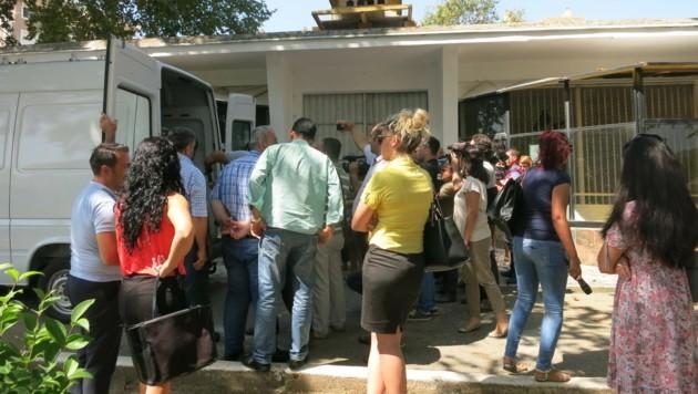 Vor den Zoogebäude herrscht ein Gedränge interessierter Lokalmedien.