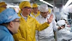 Apple-Boss Tim Cook in einer Fabrik des iPhone-Fertigers Foxconn (Bild: Apple, AP)
