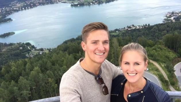 KAC-Crack Marco Brucker hat mit Freundin Julia die Aussicht vom Pyramidenkogel genossen.