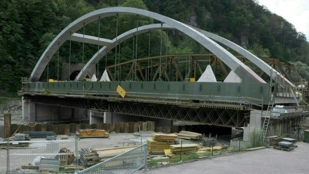 Wegen des Einbaus der Kugelsteinbrücke wird die Südbahnstrecke ab 27. August gesperrt. (Bild: APA/…BB/WERNER GRILL)