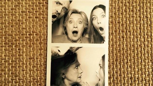 Jessica Biel, Justin Timberlake und Hillary Clinton schneiden Grimassen.