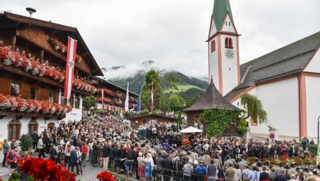 Am Dorfplatz findet traditionell die Eröffnung des Forum Alpbach statt. (Bild: Gabriele Griessenboeck)